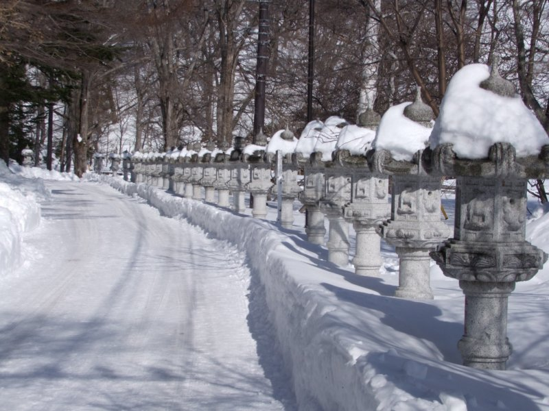 <p>Snowy walk-up to the Hot Spring Temple &nbsp;</p>