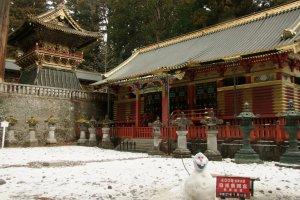Tận hưởng mùa tuyết rơi ở Tosho-gu, một phần của quần thể đền chùa được UNESCO công nhận là Di sản thế giới của Nikko