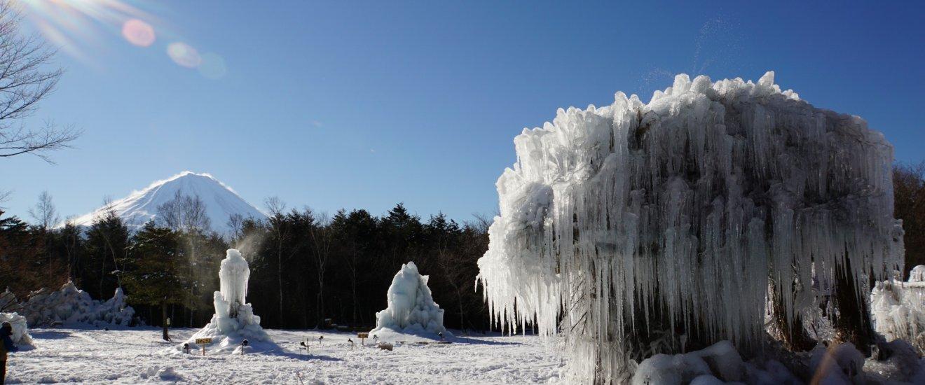 Невероятный вид горы Фудзи и этих ледяных скульптур