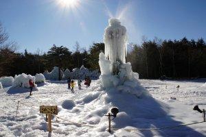 Вода разбрызгивается вокруг с верхушки скульптуры, создавая причудливый дизаин
