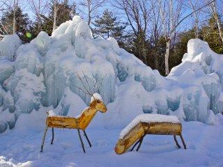 Деревянные олени наФестивале ледяных деревьев