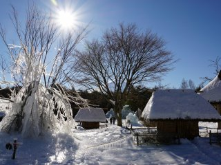 Прекрасная зимняя страна чудес в парке Яхономори
