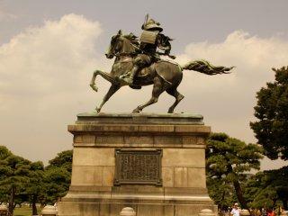 Tượng Kusunoki Masashige vươn cao ở bên ngoài Cung điện hoàng gia Tokyo