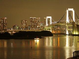 Cây cầu Cầu Vồng về đêm, với ánh đèn thành phố rực rỡ
