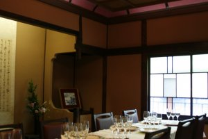 2階には、創業当時の大正ロマン溢れるお座敷に、テーブルとイスを入れてあります。