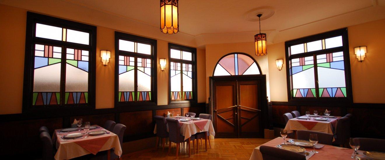 1階はステンドグラスから洩れる柔らかな美しい光と、昭和レトロ感漂う中で当時に思いを馳せて。