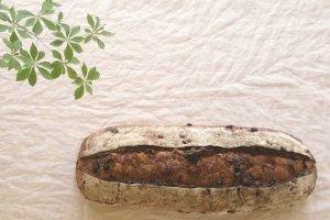 国産小麦で作った「レーズンとクルミのカンパーニュ」は、1グラム当たり1.6円。石窯の遠赤外線でじっくり焼くので、日が経つほどに味わいが深くなる。