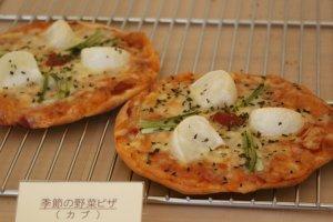 「季節の野菜ピザ」350~380円。旬の野菜を使ったピザは、日本の四季を感じられる一品。