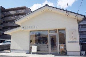 ナチュラルモダンな雰囲気の店舗は、日本の天然素材を使っている。盆栽美術館も近いので、ついでに寄ってみても。
