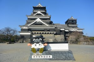 Pose for a photo with Kumamoto Castle as the background.