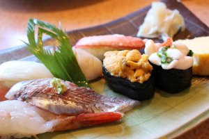 Set menu with sweet shrimp, katsuo, sea urchin and shirako lined up.