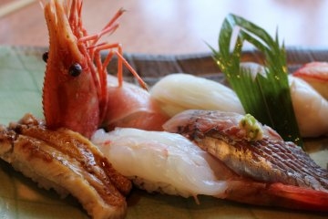 <p>Set menu with sweet shrimp, katsuo and grilled eel on show.</p>