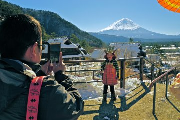 <p>After dressing up in House #12, Hinomi-ya, visitors can step outside to take their photos with Mt. Fuji as their backdrop.</p>