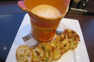 치즈폰듀. 노릇노릇하게 구운 마늘 토스트가 구수하다