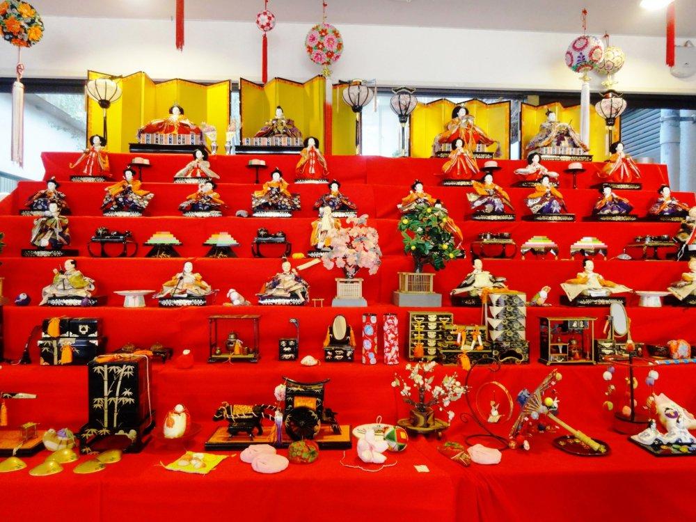 Большая витрина с куклами Хина, возле входа в виллу Охана