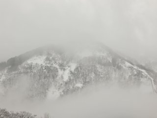 When I arrived in Ainokura Village, it was cold with sleeting rain. I could see the mountains covered with snowy clouds only sometimes, which looked like a ink-wash painting.