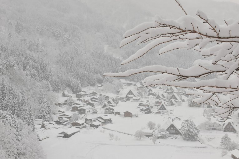 Làng Shirakawa-go trong tuyết