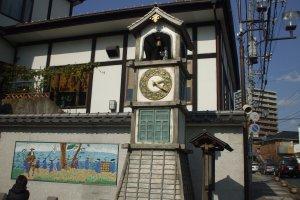 御成坂公園のからくり時計。月曜日から土曜日は午前10時、正午、午後3時、5時、日曜日は午前10時から午後8時まで毎時、童謡調の音楽が流れお坊さんの人形が鐘を突く演出があります
