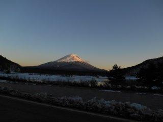 Гора Фудзи со стороны озера Сёдзи