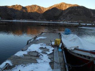 Снег на причале озера Сёдзи