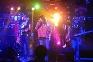 夜の7時からライブが始まり、1日に4ステージが行われる。写真は2ステージ目。Vo:Hiroe