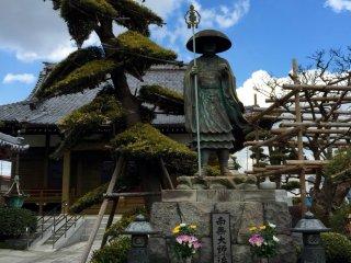 """Надпись на табличке - мантра Кобо Даиси. Читается как """"namu daishi henjō kongō"""" и означает в переводе """"Почтение великому учителю (Кободаиси), лучезарному брильянту"""""""