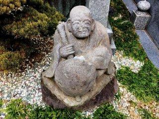 Улыбающийся монах, которому в руку кладут монетки