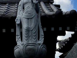 Будда на фоне лазурного неба