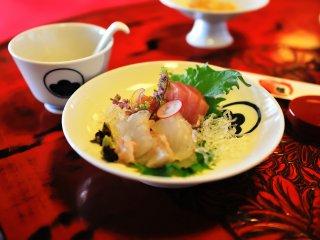 小菜(刺身)。新鮮な味覚はもちろん、眼まで楽しませてくれる
