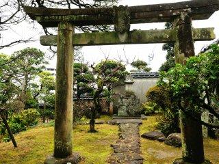 庭の隅には稲荷の祠と保食(うけもち)神社の鳥居