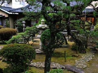 灯籠の脇には松を配するなどの、江戸中期の庭園の特徴をもつ
