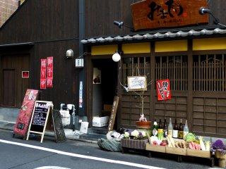 Многие рестораны расставляют соблазняющие витрины со свежей продукцией рядом со входом (Киото знаменито своим качеством и разнообразием овощей)