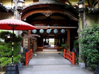 Красному мосту у входа в этот довольно роскошный ресторан вторит красный зонтик