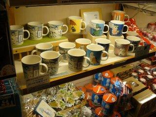 Разнообразие кружек в фирменном магазине