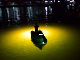 The fishing boat seems to float on the beam of light (Shinmachi River)