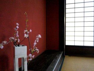 草津宿本陣室内に飾られた、桜の枝が生けられた花瓶