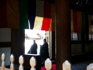 신도들이 사원 문으로 들어가고 있다