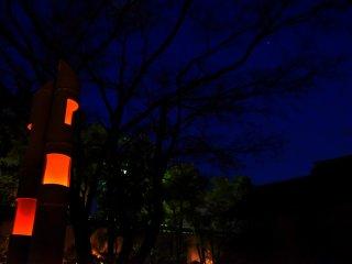 O cair da noite e o surgir das luzes das lanternas no escuro
