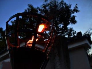 Мерцающее пламя факела возле входа