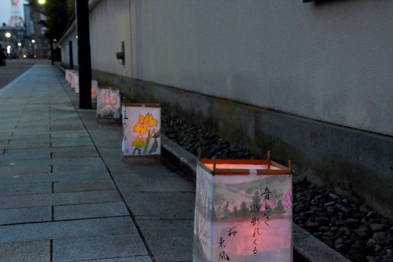 요코칸 앞 거리를 따라 세워진 손으로 만든 등불
