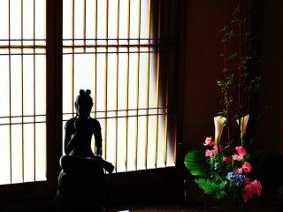 春の光を背に受ける菩薩像