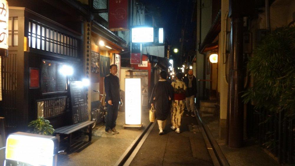 ยามค่ำคืนที่กิออน (Gion) ย่านเก่าแก่และโด่งดังของเกียวโต