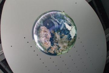 <p>&quot;Гео-космос&quot;, ставший символом &quot;Мирайкан&quot; является первой в мире масштабной моделью Земли, в котором применены электролюминисцентные панели</p>