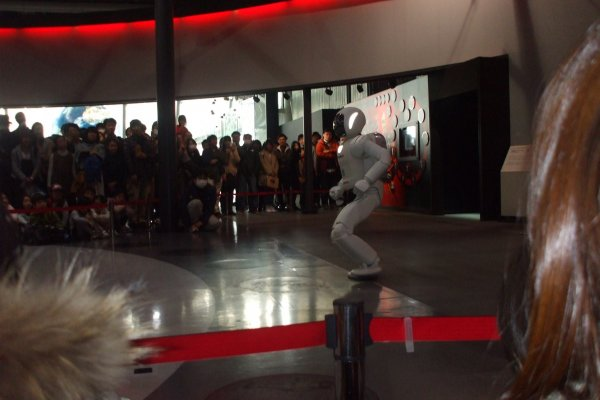 二足歩行ロボット「ASIMO」。身長130cmで、大人が座ったときの目線の高さに合わせて作られており、近未来共に生活することを想定しています