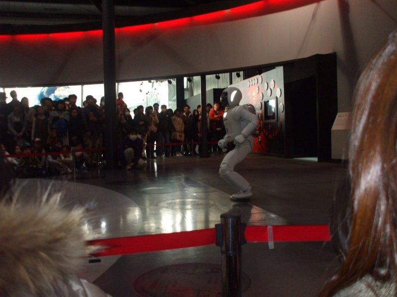 <p>Ходячий робот &quot;ASIMO&quot;. Его рост 130 см подобран таким образом, чтобы его глаза находились на одном уровне с взглядом сидящего человека, с которым в ближайщем будущем он может вместе жить &nbsp;</p>
