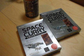 <p>В магазине при музее можно купить еду для космонавтов. Есть и замороженные сухие сладости, и рис с кари в реторт-пакетах, и консервированный хлеб</p>