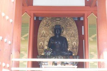 <p>Yakushiji houses different Buddha-Triad, the Yakushi-Triad (in the Kondo) and the Mytreya Buddha Triad (in the Daikodo).</p>