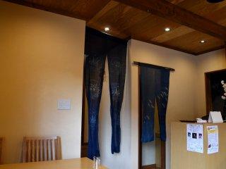 入口とレストラン内部を仕切る長い暖簾。このレストランは土足厳禁、入口で靴を脱ぎスリッパに履き替える。
