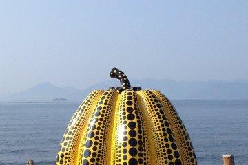 <p>Yayaoi Kusama&#39;s&nbsp;&quot;Pumpkin&quot; at the docks of Tsutsujiso Lodge</p>