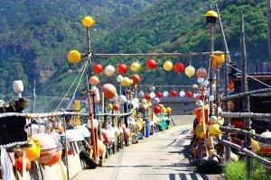 Seorang penduduk Iwayaguchi telah menciptakan patung berwarna-warni dan terus berkembang dari potongan-potongan yang dia kumpulkan di sepanjang pantai.